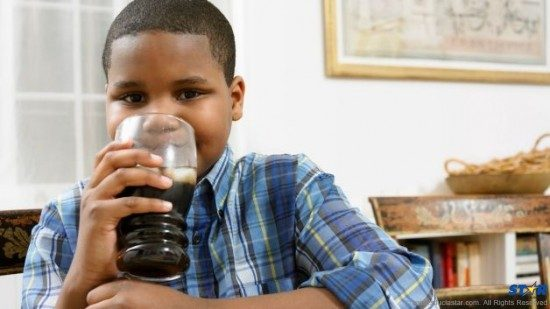 060513-health-children-drinking-soda-sugar-drinks-cola-dinner-diet